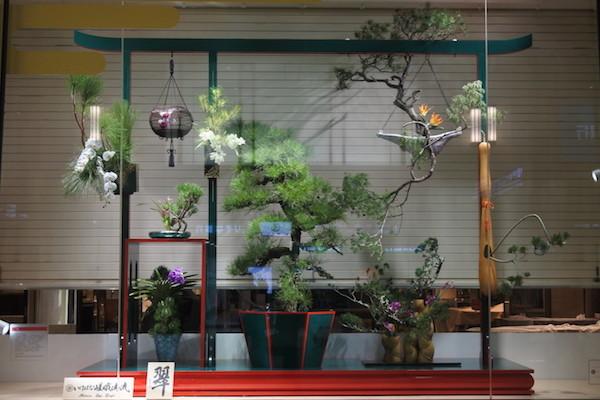 梅田阪急百貨店のショーウィンドウがお正月の装い