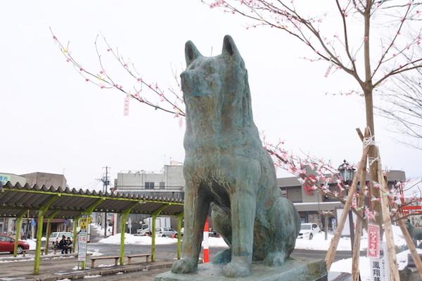 大館駅前で忠犬ハチ公の像が出迎えてくれます