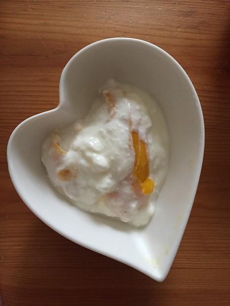 ドライマンゴーinブルガリアヨーグルト。ドライマンゴーがぶりぶり生マンゴーになるマジック!最高のデザートです。