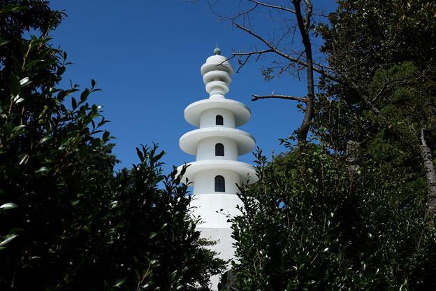 青空と慰霊塔