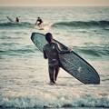 写真: 波に向かって
