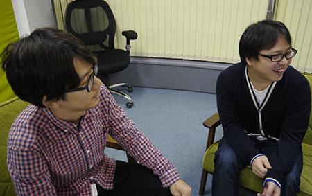デザイナーの町田さんとプログラマの松村さんが話を聞いている